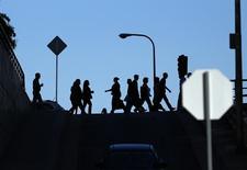 Personas caminan hacia sus lugares de trabajo en el centro de Los Angeles. Imagen de archivo, 13 mayo, 2014. El número de estadounidenses que pidió por primera vez el seguro de desempleo bajó la semana pasada, apuntando a una mejora del mercado laboral.  REUTERS/Mike Blake