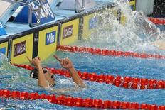 Cesar Cielo comemora vitória do Brasil no 4x50m medley em Doha nesta quinta-feira. REUTER/Divulgação/Satiro Sodre