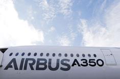 Qatar Airways, client de lancement de l'A350, prendra livraison du premier exemplaire du nouveau long-courrier d'Airbus le samedi 13 décembre. /Photo prise le 4 décembre 2014/REUTERS/ Régis Duvignau