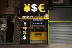 Обменный пункт в Гонконге 16 октября 2014 года. Курс евро поднялся с двухлетнего минимума после объявления итогов совещания Европейского центробанка и пресс-конференции председателя ЕЦБ Марио Драги. REUTERS/Bobby Yip