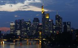 Imagen de archivo de los rascacielos del distrito bancario de Frankfurt. 18 septiembre, 2014. Los pedidos industriales de Alemania subieron mucho más de lo previsto en octubre, y pese a que el Bundesbank arruinó el buen ánimo por el reporte al reducir sus proyecciones de crecimiento para la mayor economía de Europa, su presidente dijo que había señales de que la actual debilidad sería superada pronto. REUTERS/Kai Pfaffenbach /Files