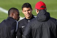 Técnico do Paris St Germain, Laurent Blanc, conversa com jogadores Thiago Silva e Blaise Matuidi em treino da equipe. 04/11/2014 REUTERS/Charles Platiau
