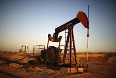 Un extractor de petróleo visto en un campo de crudo en Bakersfield. Imagen de archivo, 14 octubre, 2014. El crudo Brent caía el viernes por debajo de los 69 dólares el barril y se encaminaba a terminar la semana bajo la barrera de los 70 dólares por primera vez desde 2010, luego de que un recorte a los precios oficiales de venta por parte de Arabia Saudita aumentó la reciente presión sobre el mercado. REUTERS/Lucy Nicholson