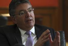 En la imagen de archivo, el ministro de Hacienda de Colombia, Mauricio Cárdenas, gesticula durante una entrevista con Reuters en Bogotá, el 10 de marzo de 2014. El Gobierno de Colombia revisará a la baja su proyección de crecimiento de la economía para el próximo año por la caída de los precios internacionales del petróleo, que además podrían forzar una reducción del gasto fiscal, dijo Cárdenas el sábado a Reuters. REUTERS/John Vizcaino  (COLOMBIA - Tags: BUSINESS POLITICS) - RTR3GNTZ