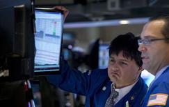 Avec les cours du pétrole à leur plus bas niveau depuis cinq ans, les investisseurs à Wall Street cherchent à mesurer l'impact de cette nouvelle donne sur les sociétés au-delà du cas évident du secteur de l'énergie. Ils seront ainsi particulièrement attentifs aux commentaires des grands groupes industriels lors des réunions investisseurs qui vont se succéder d'ici Noël. /Photo prise le 5 décembre 2014/REUTERS/Brendan McDermid