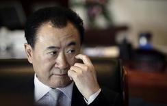Wang Jianlin, quatrième fortune chinoise et propriétaire de Dalian Wanda, le numéro deux mondial de l'immobilier commercial et de bureaux qui a réduit d'environ 30% le montant qu'il espérait lever lors de son introduction en Bourse à Hong Kong ce mois-ci, en raison des inquiétudes des investisseurs sur le niveau de la dette. /Photo d'archives/REUTERS/Suzie Wong