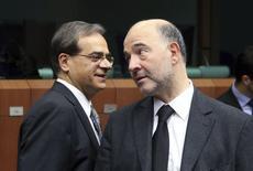 Le commissaire européen aux Affaires économiques et financières, Pierre Moscovici (à droite), et le ministre grec des Finances, Gikas Hardouvelis. Les ministres des Finances de la zone euro (Eurogroupe) ne prendront aucune décision lundi quant à une éventuelle prorogation du programme de renflouement de la Grèce, qui arrive à terme en fin d'année. /Photo prise le 8 décembre 2014/REUTERS/François Lenoir
