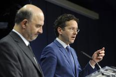 Le commissaire européen aux Affaires économiques et financières Pierre Moscovici et le président de l'Eurogroupe Jeroen Dijsselbloem. Les ministres des Finances de la zone euro ont demandé lundi à la France et à l'Italie de prendre rapidement des mesures supplémentaires pour contenir leurs déficits budgétaires dans les limites des règles européennes, tout en n'excluant pas de leur laisser des marges de manoeuvre. /Photo prise le 8 décembre 2014/REUTERS/Eric Vidal