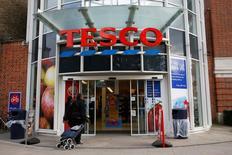 Tesco, le distributeur britannique en pleine tourmente depuis la mise au jour d'une erreur comptable en septembre, a annoncé mardi un nouvel avertissement sur ses résultats, dernier en date d'une longue série. /Photo prise le 23 octobre 2014/REUTERS/Stefan Wermuth