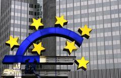 Рабочие ремонтируют символ валюты евро у здания ЕЦБ во Франкфурте-на-Майне 22 ноября 2004 года. Следующий год будет тяжелым для европейских банков, так как новые нормативы регуляторов осложнят проблемы, вызванные застоем в экономическом восстановлении, считают рейтинговые агентства Moody's и Standard & Poor's. REUTERS/Kai Pfaffenbach