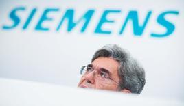 Le président du directoire de Siemens, Joe Kaeser, a promis mardi, lors d'une journée investisseurs, que le géant industriel allemand allait donner la priorité à sa croissance interne et à ses activités à forte rentabilité plutôt qu'à la recherche d'éventuelles acquisitions. /Photo prise le 6 novembre 2014/REUTERS/Hannibal