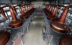 En la imagen de archivo, una destilería de whisky en Escocia. 20 de marzo 2014. La producción industrial de Reino Unido cayó inesperadamente en octubre tras las sólidas lecturas de septiembre, ya que la actividad manufacturera se vio lastrada por una fuerte baja en la fabricación de artículos electrónicos. REUTERS/Russell Cheyne