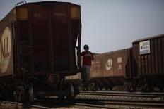 Funcionário em vagão da América Latina Logística (ALL) em terminal ferroviário. 24/09/2012 REUTERS/Nacho Doce