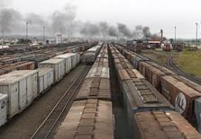 Trens com carregamento de soja estacionados no porto de Paranaguá, em Curitiba. 15/03/2011. REUTERS/Rodolfo Buhrer