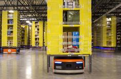 Robots Kiva en la planta de almacenamiento de Amazon en Tracy, EEUU, dic 1 2014. Amazon.com Inc planea trasladar fuera de las fronteras de Estados Unidos más pruebas de sus drones si no obtiene un permiso rápido de los reguladores para realizar tests al aire libre, dijo la compañía en una carta a la Administración Federal de la Aviación en la noche del domingo.   REUTERS/Noah Berger