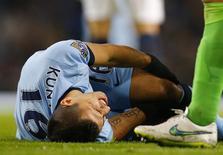 Atacante Sergio Aguero, do Manchester City, se machuca em partida contra o Everton pelo Campeonato Inglês em Manchester. 06/12/2014 REUTERS/Darren Staples