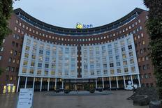 L'opérateur télécoms néerlandais KPN va encore supprimer 580 emplois dans sa division de services de télécommunications aux entreprises. /Photo prise le 4 février 2014/REUTERS/Michael Kooren