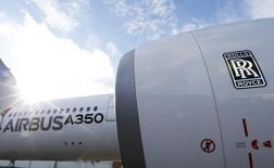 Airbus a fait savoir mercredi qu'il repoussait la première livraison de son nouveau long-courrier A350 à Qatar Airways, son client de lancement. La livraison était prévue samedi à Toulouse et aucune nouvelle date n'a été fixée. /Photo prise le 4 décembre 2014/REUTERS/Régis Duvignau