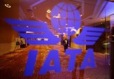 En la imagen, el logo de IATA en Pekín. 11 de junio de 2012. La caída de los precios del combustible y la mejora del crecimiento económico permitirá a las aerolíneas globales reportar 19.900 millones de dólares de beneficios netos en 2014, por encima de la estimación previa de 18.000 millones de dólares, informó el miércoles la Asociación Internacional del Transporte Aéreo. REUTERS/Jason Lee