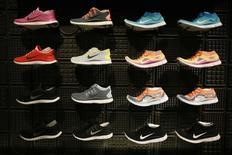 Nike, qui accuse trois de ses anciens créateurs de chaussures de lui avoir volé ses secrets commerciaux en faveur d'Adidas, à suivre mercredi sur les marchés américains. /Photo d'archives/REUTERS/Lucy Nicholson