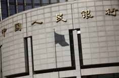 La banque centrale chinoise a commencé à assouplir les quotas et autres restrictions aux prêts bancaires pour que les banques puissent prêter davantage face au ralentissement économique. /Photo prise le 24 novembre 2014/REUTERS/Kim Kyung-Hoon