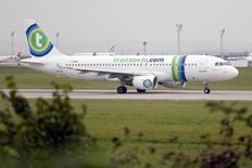 Transavia, la compagnie low cost d'Air France-KLM, prévoit d'atteindre l'équilibre financier en 2017, a indiqué le transporteur après avoir obtenu l'accord d'un puissant syndicat de pilotes sur ce projet à l'origine du long mouvement social de septembre. /Photo d'archives/REUTERS/Charles Platiau