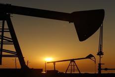 Станки-качалки на нефтяном месторождении в Баку 24 января 2013 года. Цена нефти Brent упала до минимума 5,5 лет, потеряв 8 процентов с начала недели, из-за избыточного предложения. REUTERS/David Mdzinarishvili
