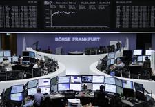 Les Bourses européennes accentuent leurs pertes vendredi à la mi-séance, entraînées par le nouveau recul des cours du pétrole qui profite en revanche aux obligations d'Etat des pays de la zone euro, y compris françaises malgré la possibilité d'une dégradation de la note souveraine de la France par Fitch dans la soirée. À Paris, le CAC 40 perd 1,67% vers 13h00 et à Francfort, le Dax cède 1,22%. /Photo prise le 5 décembre 2014/REUTERS/Remote/Stringer