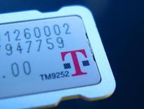T-Mobile U.S. est une des valeurs à suivre vendredi à Wall Street, après l'annonce par SoftBank de la réduction prochaine de la taille de ses installations dans la Silicon Valley, ce qui paraîtrait indiquer que l'opérateur japonais à définitivement renoncé à faire une offre sur la filiale américaine de Deutsche Telekom. /Photo pirse le 27 octobre 2014/REUTERS/Mike Blake