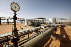 Tuberías vistas en el campo petrolero El Sharara en Libia. Imagen de archivo, 3 diciembre, 2014. El petróleo Brent caía el viernes en torno a los 62 dólares por barril, su nivel más bajo desde julio del 2009, presionado por persistentes preocupaciones por un exceso mundial de suministros y un débil panorama para la demanda.  REUTERS/Ismail Zitouny