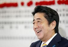 Премьер-министр Японии Синдзо Абэ на пресс-конференции в Токио 14 декабря 2014 года.  Коалиция премьер-министра Японии Синдзо Абэ одержала победу на выборах, подтвердив, что он по-прежнему будет проводить политику борьбы с дефляцией и укреплять безопасность.  REUTERS/Toru Hanai
