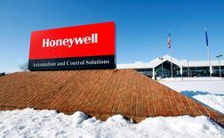 El logo corporativo de Honeywell en su planta de Golden Valley, EEUU, ene 8 2010. El fabricante de piezas de aviones y equipos electrónicos Honeywell International Inc pronóstico ventas menores a las esperadas para el próximo año, citando un lento crecimiento económico a nivel global. REUTERS/ Eric Miller