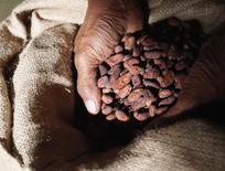 Le groupe de Singapour Olam International rachète les activités de l'américain Archer Daniels Midland dans le cacao pour 1,3 milliard de dollars, une opération qui lui permet de se hisser dans le peloton de tête du marché mondial du chocolat. /Photo d'archives/REUTERS/Yuriko Nakao