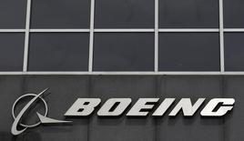 El logo de Boeing visto en su sede en Chicago. Imagen de archivo, 24 abril, 2013. Boeing Co elevó su autorización para recompra de acciones a 12.000 millones de dólares y dijo que aumentará su dividendo trimestral en un 25 por ciento, en una señal de confianza en su panorama de liquidez para el año. REUTERS/Jim Young
