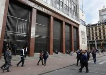 Personas caminan en las afueras del Banco Central de Colombia en Bogotá. Imagen de archivo, 20 agosto, 2014.  El Banco Central de Colombia mantendría estable su tasa de interés de referencia en la reunión del viernes, una decisión que se prolongaría durante el próximo año, en medio de las expectativas de una moderación en el ritmo de crecimiento, reveló el martes un sondeo de Reuters. REUTERS/John Vizcaino
