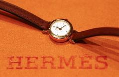 Hermès (+5,74%) s'illustre en Bourse de Paris et signe la plus forte hausse de l'indice SBF 120, le capital flottant du sellier augmentant sensiblement avec la distribution mercredi des actions détenues par LVMH. /Photo prise le 17 lars 2014/REUTERS/Arnd Wiegmann