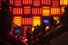 Personas usan las escaleras mecánicas dentro de un local comercial en Times Square, Nueva York. Imagen de archivo, 27 noviembre, 2014. Los precios al consumidor en Estados Unidos registraron en noviembre su mayor caída en casi seis años por un desplome del precio de la gasolina, pero eso probablemente no cambiará la visión de que la Reserva Federal comenzaría a elevar las tasas de interés a mediados del 2015.  REUTERS/Carlo Allegri