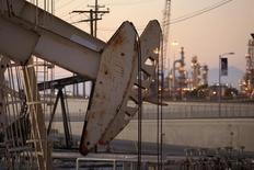 Una unidad de bombeo de crudo en operación cerca de Long Beach, EEUU, jul 30 2013. Los inventarios de petróleo en Estados Unidos cayeron menos de lo esperado la semana pasada, mientras que los de gasolina subieron y los de destilados bajaron, mostró el miércoles un informe de la gubernamental Administración de Información de Energía. REUTERS/David McNew