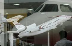 Dassault Aviation a présenté mercredi à ses clients et prospects le Falcon 8X, destiné à étoffer sa gamme de jets pouvant effectuer des vols très longs, et dont la mise en service est prévue en 2016. /Photo prise le 12 août 2014/REUTERS/Paulo Whitaker