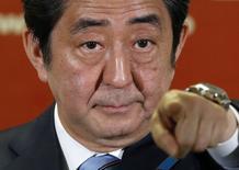 Премьер Японии Синдзо Абэ на пресс-конференции в Токио 15 декабря 2014 года. Япония потратит до $30 миллиардов на восстановление своих регионов, но будет держать новые эмиссии облигаций под контролем, сообщили источники в четверг. REUTERS/Toru Hanai