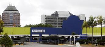 Carrefour a annoncé jeudi une prise de participation de 10%, avec effet immédiat, de la société d'investissement brésilienne Peninsula, présidée par Abilio Diniz, dans sa filiale au Brésil. /Photo d'archives/REUTERS/Paulo Whitaker