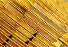 Слитки золота в Национальном банке Чехии в Праге 16 апреля 2013 года. Цены на золото поднялись выше $1.200 за унцию, так как ФРС накануне пообещала проявить терпение перед повышением процентных ставок. REUTERS/Petr Josek