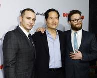 "Atores James Franco, Charles Rahi Chun e Seth Rogen posam na première de ""A Entrevista"" em Los Angeles. 11/12/2014 REUTERS/Kevork Djansezian"