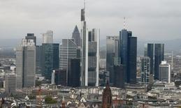 Vista general de los rascacielos en el distrito bancario de Frankfurt. Imagen de archivo, 21 octubre, 2014. La confianza empresarial alemana se elevó en diciembre por segundo mes consecutivo, según mostró el jueves una encuesta, añadiendo indicios de que la mayor economía europea va camino de remontar en el último trimestre tras evitar la recesión por un estrecho margen en el tercero.  REUTERS/Ralph Orlowski