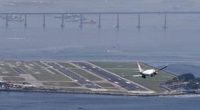 Aeronave da companhia aérea Gol durante manobra de pouso aeroporto Santos Dumont, no Rio de Janeiro. 21/11/2014.  REUTERS/Sergio Moraes