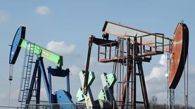 Станки-качалки австрийской OMV в Ауэрстале 20 февраля 2014 года. Цены на нефть выросли более чем на 2 процента, так как многие компании планируют сократить инвестиции в геологоразведку после резкого падения цен. REUTERS/Heinz-Peter Bader