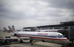 Un avión de la aerolínea American Airlines en el aeropuerto de  O'Hare en Chicago, EEUU, oct 2 2014. La aerolínea estadounidense American Airlines y la mexicana Interjet dijeron el jueves que firmaron un acuerdo de código compartido que considera conectar inicialmente cinco destinos turísticos en México.  REUTERS/Jim Young