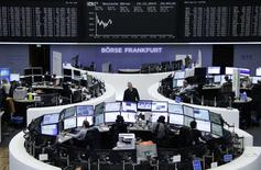 Les Bourses européennes évoluent pour la plupart dans le rouge à mi-séance, la hausse du début de matinée s'étant peu à peu estompée. À Paris, le CAC 40 cède 0,09% à 12h20 et à Francfort, le Dax abandonne 0,15%. /Photo prise le 19 décembre 2014/REUTERS/Remote/Pawel Kopczynski
