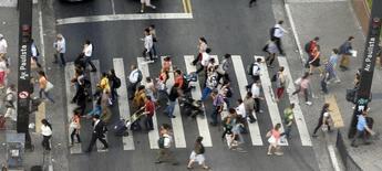 Personas cruzan en un paso peatonal en Avenida Paulista en el centro financiero de Sao Paulo. Imagen de archivo, 8 abril, 2014.  La tasa de desempleo en Brasil, no ajustada estacionalmente, subió a un 4,8 por ciento en noviembre frente al 4,7 por ciento que registró en octubre, informó el viernes la agencia estatal de estadísticas IBGE.  REUTERS/Paulo Whitaker