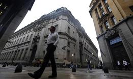 Un hombre camina por el distrito financiero de Buenos Aires. Imagen de archivo, 1 agosto, 2014. Argentina registraría un déficit fiscal primario de unos 56.000  millones de pesos (6.548 millones de dólares) en 2014, dijo el viernes el Jefe de Gabinete de Ministros Jorge Capitanich. REUTERS/Marcos Brindicci
